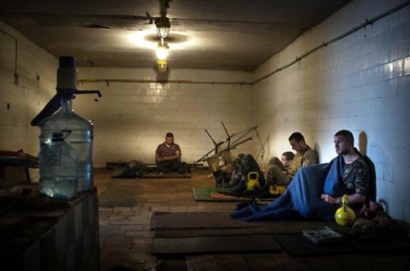 tres trabajadores de la agricultura fueron detenidos como espías cuando pasaban por un puesto de control.  Les dispararon en las rodillas. Foto: UKRINFORM