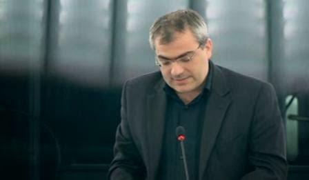 Kostas Papadakis en un discurso en defensa del Partido Comunista de Ucrania