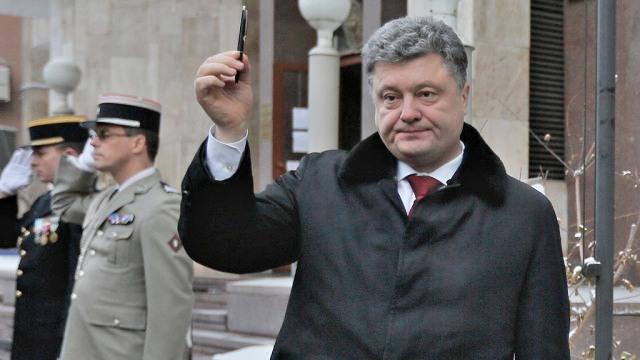Petro Poroshenko, defendiendo la libertad de expresión en Fracia. Ahora, su Gobierno pide silencio a la oposición