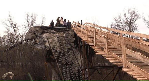 Reconstrucción provisional del puente de Stanitsa Luganskaya, uno de los últimos destruidos