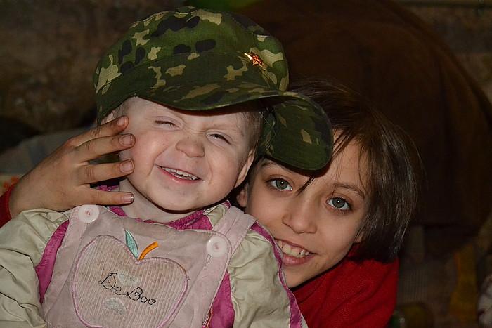 Fotografía de MIKEL ARREGI. Niños de la familia Volonov en un refugio
