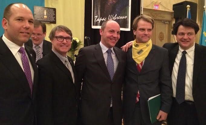 Paul Grod en un acto con Andriy Parubiy y el ministro canadiense de Ciudadanía e Inmigración, Chris Alexander,  en Toronto.