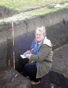 Científica examina la tierra negra, 'chernozerm, en Nikolaev, Ucrania. (imagen: Saghnol, wikimedia commons)