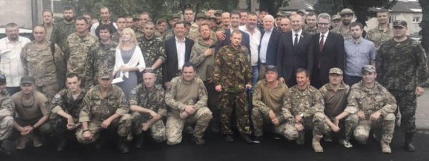 John McCain y el embajador de Estados Unidos en Ucrania junto a miembros del batallón Dnper-1