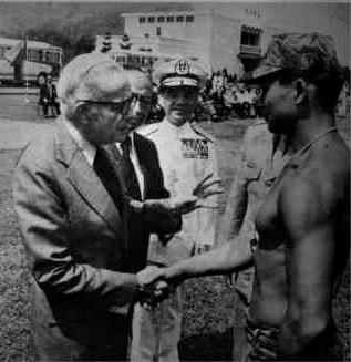 El almirante McCain saludando a un militar en Taiwan en 1977, en paralelo a su participación en la 10ª Conferencia de la WACL. En esa Conferencia, la WACL decidió mandar mensajes de apoyo a los líderes anti-comunistas en países como Chile, Argentina, Brasil, Uruguay, Paraguay, Nicaragua, El Salvador y Guatemala.