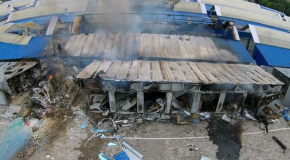 Ataque de artillería del ejército ucraniano contra el mercado Sokol, distrito Tekstishki de Donetsk (RPD). 3 de junio de 2015. (Fotografía de Graham Philipos)