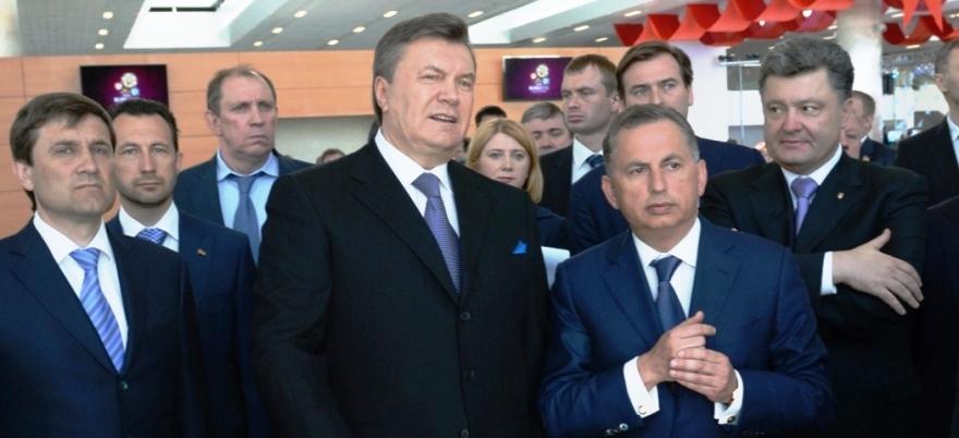 Yanukovich y otros representantes ucranianos, Poroshenko entre ellos, inauguran la nueva terminal del aeropuerto de Donetsk, ahora destruido.