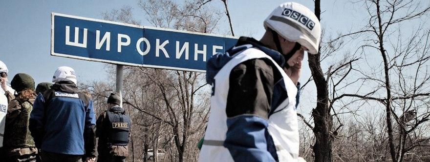 Observadores de la OSCE inspeccionan el terreno tras la retirada de las milicias en julio de 2015.