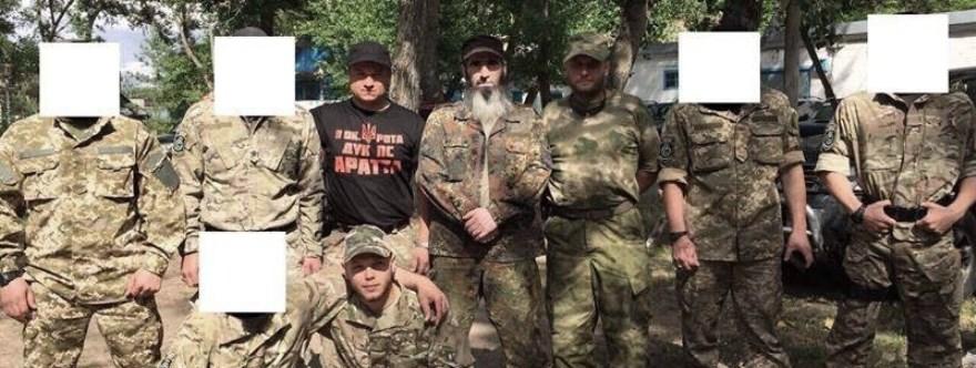 Cheberloevky junto a Yarosh posando con miembros chechenos del Batallón Sheikh Mansour a quien el Batallón quiere mantener en la intimidad