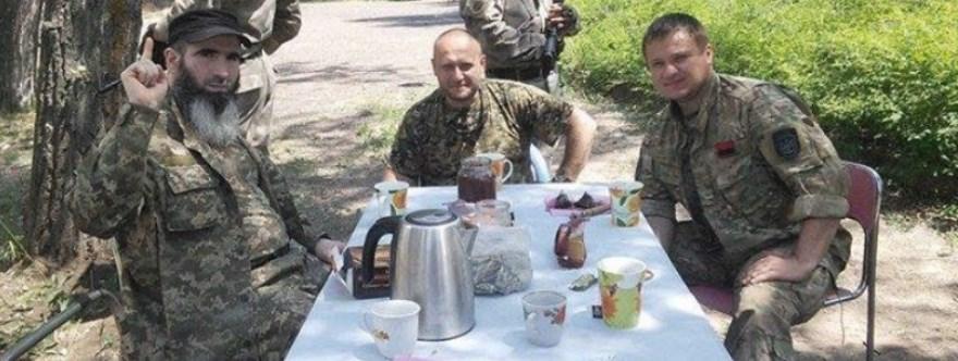 Cheberloevky, comandante del batalón Sheik Mansour, y Yarosh, terminando de comer en alguna zona en el frente de Shirokino