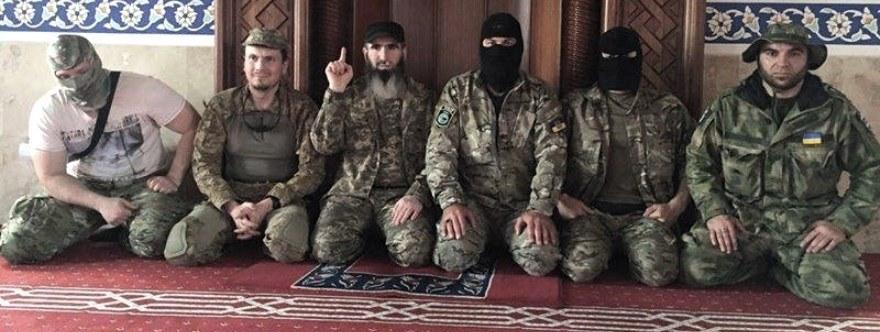 En la mezquita; los principales líderes chechenos en Ucrania, Adam Osmaev, segundo por la izquierda, y a su lado Muslim Cheberloevky.