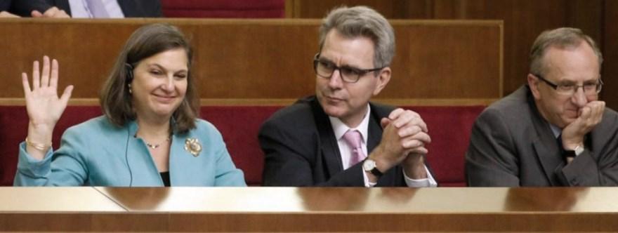 Victoria Nuland y el embajador de Estados Unidos en Ucrania en la sesión parlamentaria que aprobaba la reforma constitucional