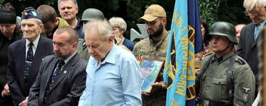 Yuriy Shukhevych, Detrás de él, portando la bandera, un militante con el uniforme de la Galizien Division de las SS, formada por ucranianos; a su izquierda portando un retrato de Kutsik, un miembro del Batallón Sich.