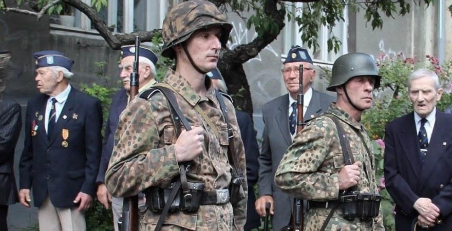 Veteranos de la UPA en formación al paso de la guardia de honor durante el entierro de Evgeni Kutsik, ataviada con uniformes nazis