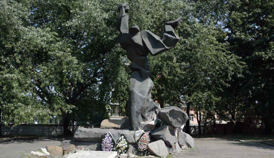 Monumento de la comunidad judía en recuerdo a los más de 136.000 judíos que pasaron por el gueto de Lviv