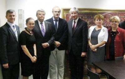 Enrique Mora, máximo representante del Gobierno de España en la reunión, en el centro de la foto, posando junto a la delegación de la UWC y el embajador de Ucrania.