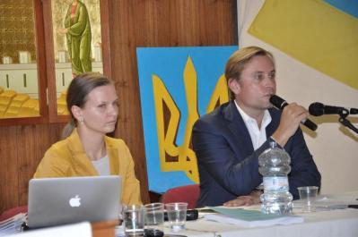 El secretario del Comité de Derechos Humanos y Civiles de la UWC, Peter Sztyk, con la Presidenta de la Open Dialogue Foundation, Lyudmyla Kozlovska.