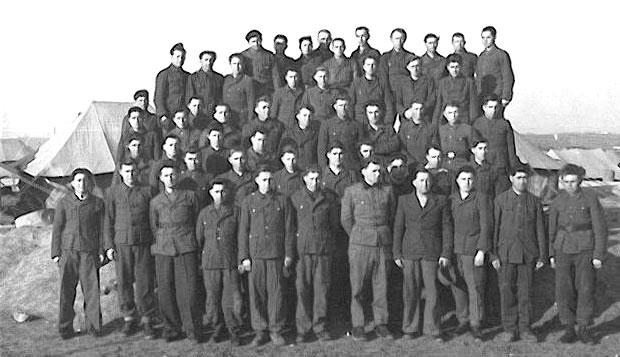Prisioneros ucranianos de la Galizien Division alemana. Detrás, el campo británico de prisioneros de guerra de Rimini