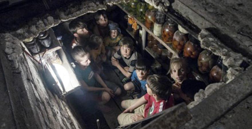 Niños de Slavyansk escondidos en el sótano para protegerse de los bombardeos, una de las últimas fotografías de Anndrea Rocchelli antes de morir bajo el fuego de la artllería ucraniana