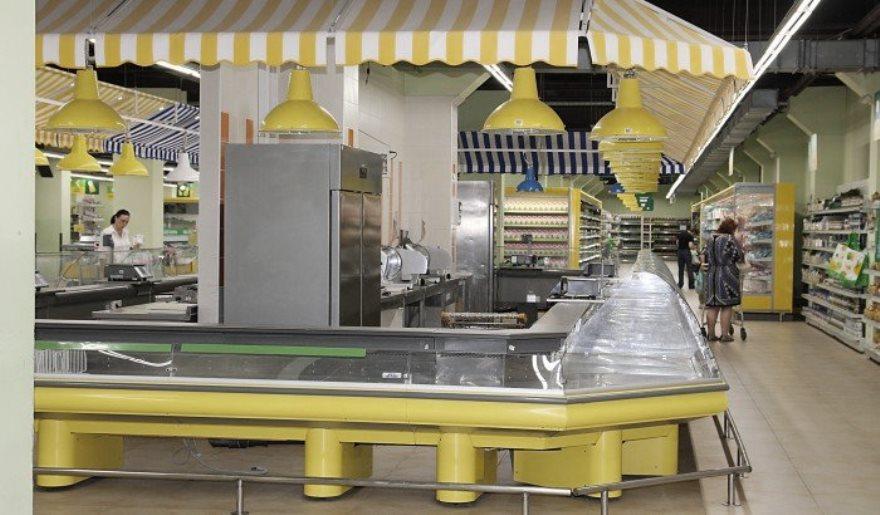 Un sueño para los vegetarianos: Un mostrador de carne vacío en un supermercado Donetsk