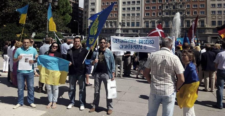 Miembros de Svoboda en el acto de Madrid. De espaldas al acto convocado por la UWC. ¿Simbolismo o azar?