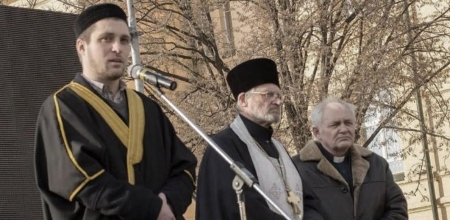 A la izquierda, Yevhen Gluschenko, imam del Centro Cultural Islámico de Járkov Al Manar, en el acto de luto por el atentado mortal contra una marcha pro-ucraniana en Járkov , 24 de febrero de 2015