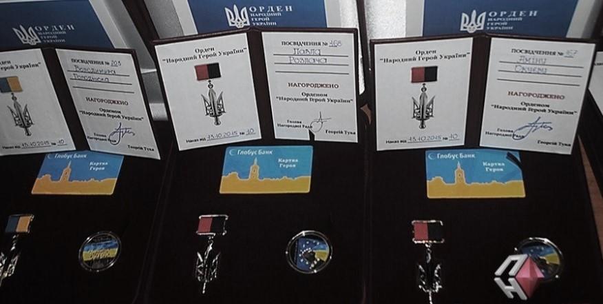 A la derecha, la medalla entregada a Amina Okueva como miembro de la Orden de los Nuevos Héroes de Ucrania. Tiene los colores rojo y negro de sus antecesores de la UPA.