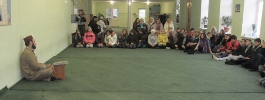 Acto de difusión de la cultura musulmana por Damurali Madadov en Al Barakat. Según él, educan a las generaciones jóvenes en el espíritu del patriotismo