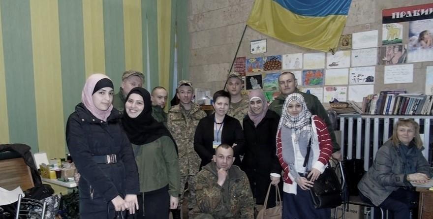 """Visita al """"Puesto Sur"""" de ATO por mujeres """"banderistas"""", estudiantes de las Universidades de Járkov . Arriba a la derecha, la bandera del Pravy Sektor."""