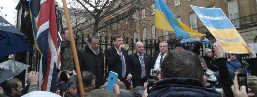 Foto en el Blog de Darya Malyutina. Whittingdale hablando por el megáfono, a su derecha, Stephen Pound. 29 de enero de 2014, Londres.