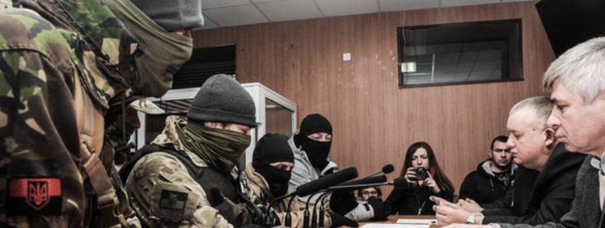 Miembros del Praviy Sektor y otros encapuchados exigen la dimisión de los jueces del caso del 2 de mayo