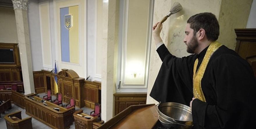 """""""Purificación"""" de los escaños antes ocupados por diputados comunistas en la Rada ucraniana en diciembre de 2014"""