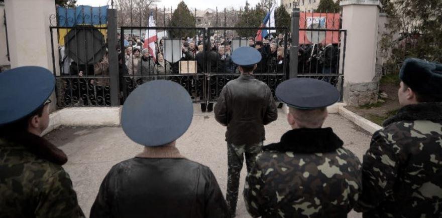 Manifestantes de Crimea protestan frente a la base de Belbek, aún ucraniana, a principios de 2014