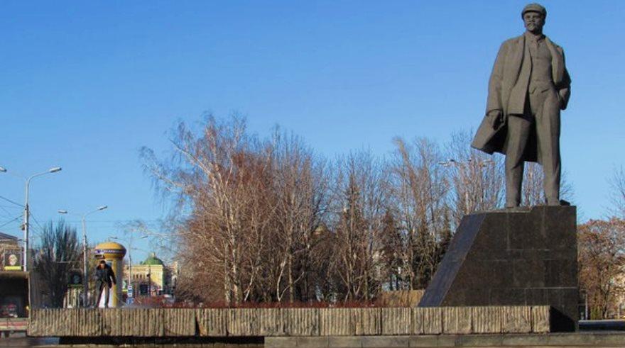 Monumento a Lenin en el centro de Donetsk, reparado apenas días después de que saboteadores trataran de hacerlo explotar.