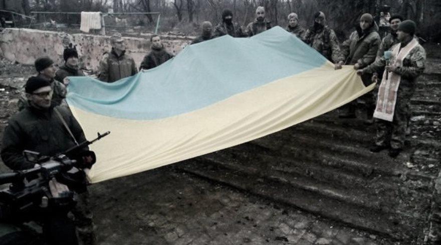 Tropas ucranianas y la prensa marcando la victoria ucraniana en una localidad que las milicias abandonaron hace más de medio año.