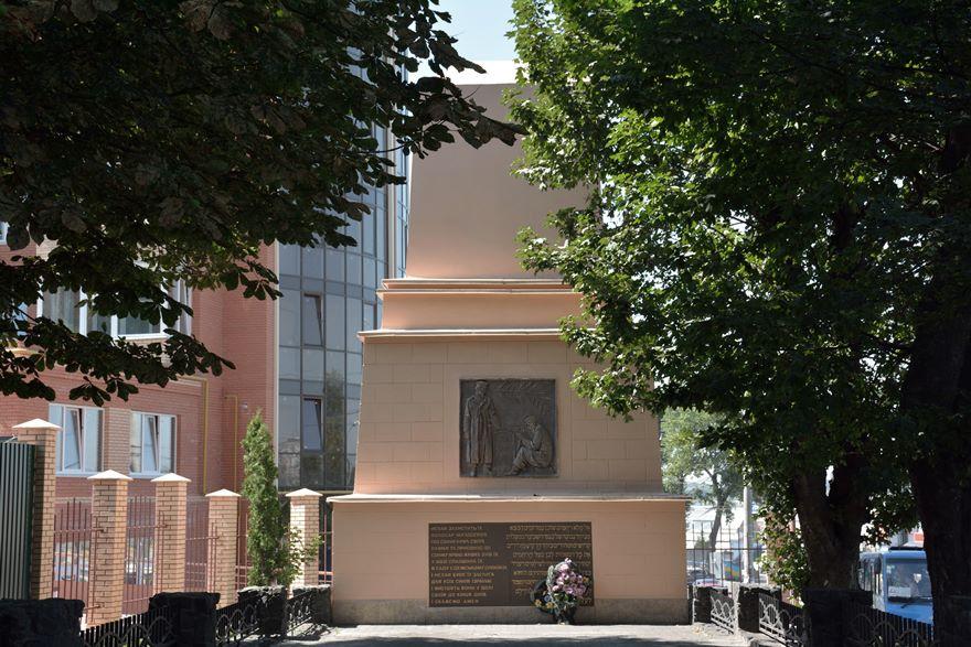 Monumento en memoria de los asesinados en Proskurov junto a la fosa común donde fueron enterrados.