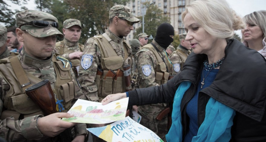 Irina Farion con soldados del batallón Sich ligado a Svoboda