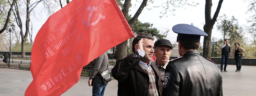 Policía de Odessa exige a los miembros del partido comunista que retiren las banderas soviéticas. Abrill de 2015.
