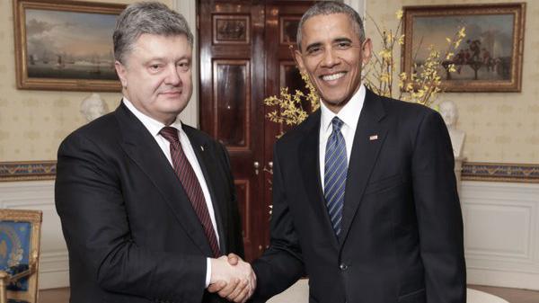 Poroshenko, con aspecto cansado, en su reunión con Obama