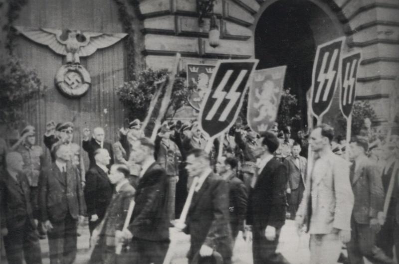 El gobernador Otto Wächter, bajo el escudo nazi. A su derecha, Volodymyr Kubiiovych
