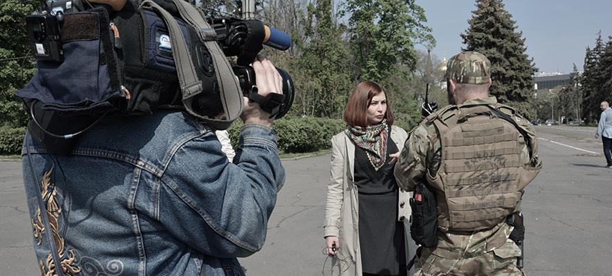 Miembro del batallón Azov entrevistado por la prensa ucraniana tras el defile