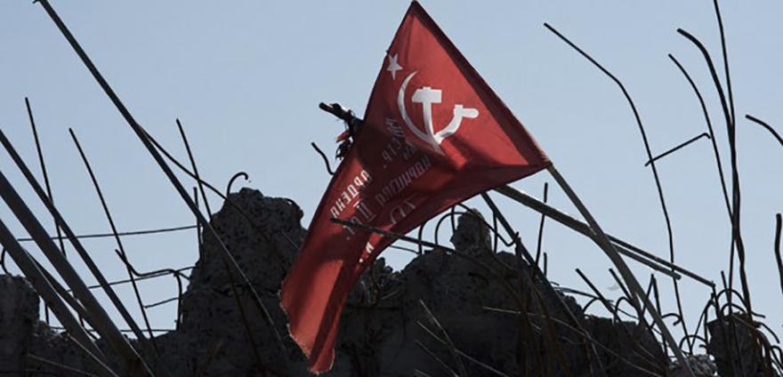 La bandera de la victoria en Saur Mogila en 2014, después del final de la batalla. El uso de esta bandera en las Repúblicas Populares es uno de los motivos por los que su uso queda prohibido