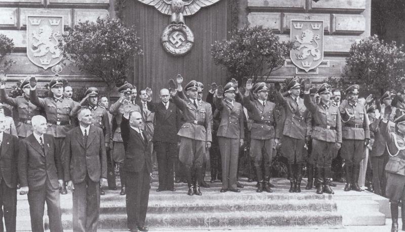 El gobernador de Galicia Otto Wächter, bajo el escudo nazi, y Volodymyr Kubiiovych, de negro, a su derecha