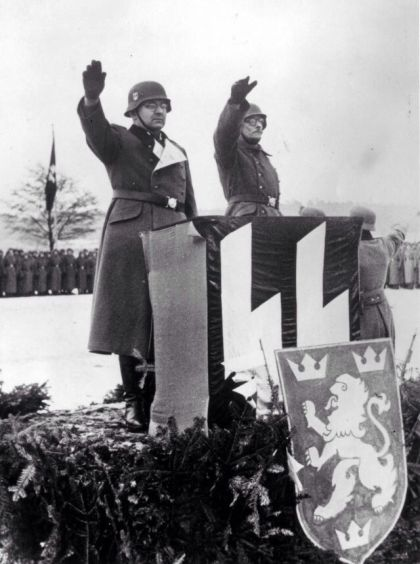 """El comandante de la 14ª División de Granaderos SS """"Galicia"""" Oberführer SS Fritz Freitag y Eugene Pobihushchy en el invierno de 1943"""