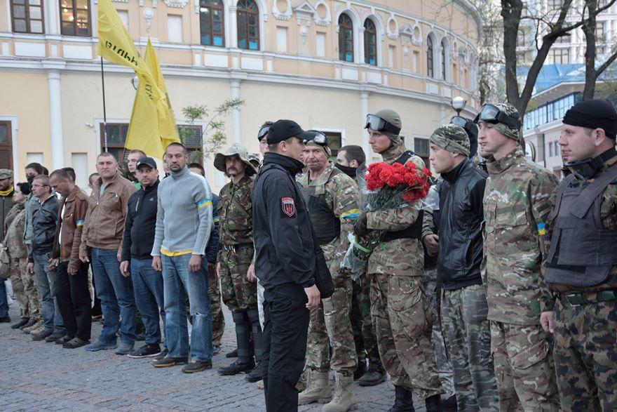 Sternenko pasa revista a sus tropas antes del acto homenaje a Igor Ivanov
