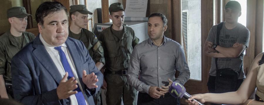 Sternenko, a la derecha de la imagen, observa el discurso de Saakashvili que tanto ha criticado desde entonces.
