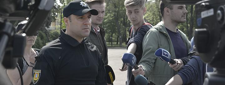 El ahora ex jefe de policía de Odessa, Giorgi Lortkipanidze comparece ante los medios en el campo de Kulikovo para explicar el despliegue policial para el 2 de mayo de 2016.