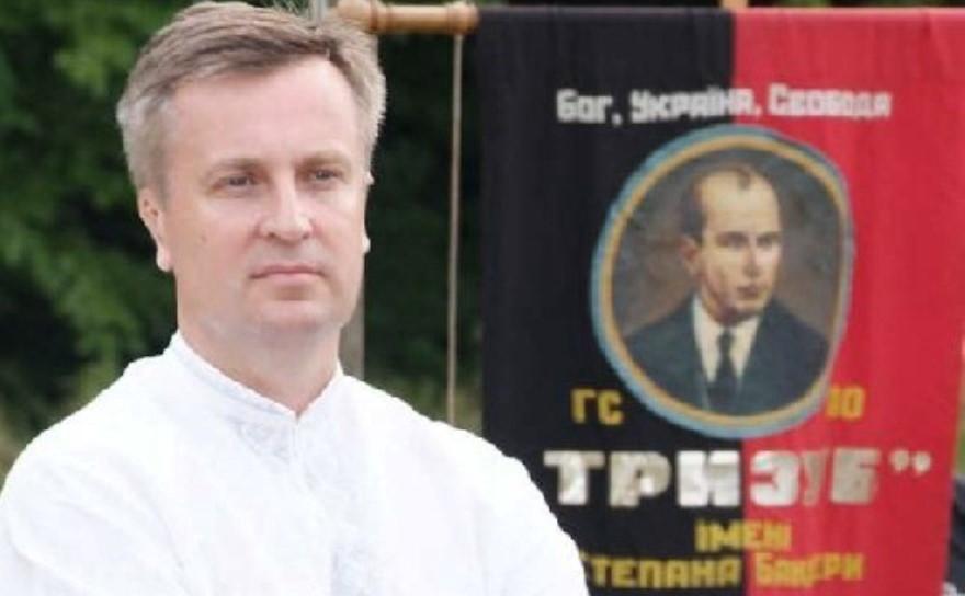 """Nalyvaichenko en el acto frente al estandarte de Trizub con la imagen de Stepan Bandera y el lema """"dios, Ucrania, libertad"""""""