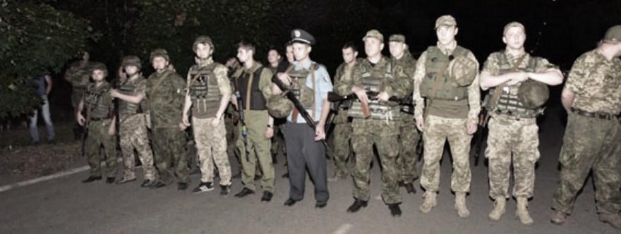 Policía ucraniana hace de barrera contra la población que bloqueaba el paso de un convoy ucraniano