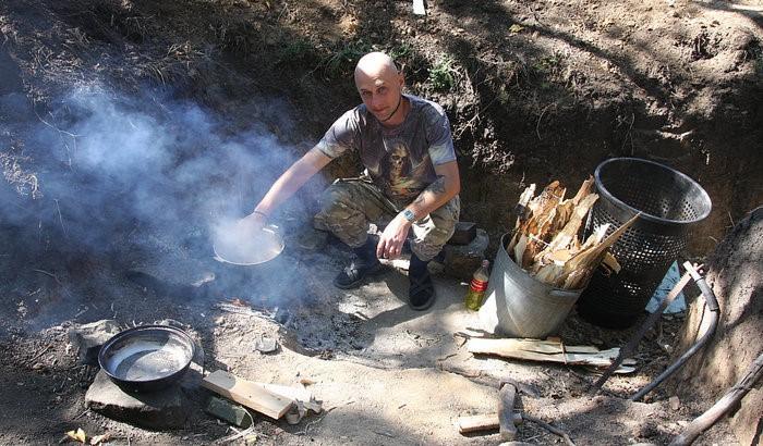 Una y otra vez, sopa y pasta: La comida de los combatientes se cocina a fuego abierto.